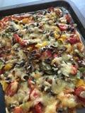 Pizza cocida al horno hogar Imagenes de archivo