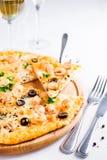 Pizza cocida fresca Hawaii con con la piña, los salmones y el camarón en la placa de madera Imagen de archivo libre de regalías