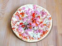Pizza cocinada con tocino y queso con la opinión superior de las verduras Foto de archivo libre de regalías
