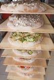 Pizza cocinada en un estante Foto de archivo