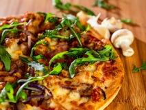 Pizza, cogumelo e alho imagem de stock royalty free
