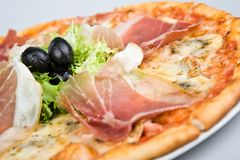 Pizza com azeitona do bacon mais a salada verde 1 Imagem de Stock