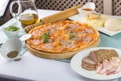 Pizza com bacon e tomates Imagens de Stock Royalty Free