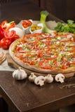 Pizza com bacon e tomates Imagem de Stock