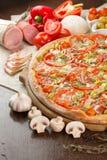 Pizza com bacon e tomates Fotografia de Stock Royalty Free