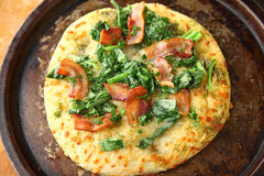 Pizza com bacon, verdes e salsa Foto de Stock Royalty Free