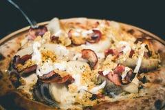 Pizza com batatas e bacon do campeão da pizza fotografia de stock royalty free