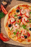 Pizza com camarão, salmões e azeitonas Fotografia de Stock
