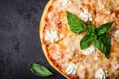 Pizza com camarões e salmões do marisco no close up preto do fundo fotos de stock