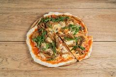Pizza com carne e cogumelo Fotografia de Stock