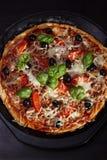 Pizza com cebolas, atum, tomates e azeitonas Foto de Stock Royalty Free