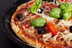 Pizza com cebolas, atum, tomates e azeitonas Imagem de Stock Royalty Free