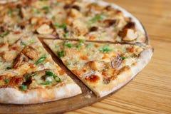 Pizza com cogumelos do porcini, close-up Imagem de Stock Royalty Free