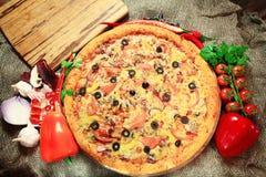 Pizza com fundo rústico dos vegetais e das ervas Imagens de Stock Royalty Free