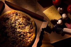 Pizza com ingredientes Imagem de Stock