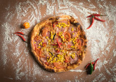 Pizza com milho na tabela de madeira Imagem de Stock