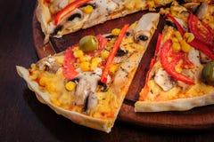 Pizza com mussarela, cogumelos, azeitonas e Foto de Stock