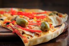 Pizza com mussarela, cogumelos, azeitonas e Imagem de Stock