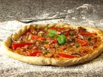 Pizza com pimenta e manjericão Imagem de Stock