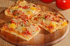 Pizza com pimentas, tomates, presunto, cebola, queijo Foto de Stock