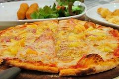 Pizza com presunto. Fotos de Stock