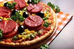 Pizza com presunto, cogumelos, azeitonas e salsa Imagem de Stock