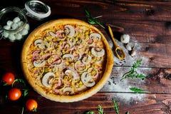 Pizza com presunto e cogumelos foto de stock royalty free