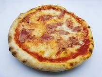 Pizza com presunto e mussarela, prosciutto do al da pizza, alimento italiano tradicional no fundo branco imagens de stock royalty free
