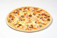 Pizza com presunto e os tomates Sun-secados em um fundo branco imagens de stock