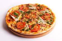Pizza com presunto, tomates e cogumelos Fotos de Stock Royalty Free