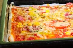 Pizza com queijo, presunto e milho Fotografia de Stock