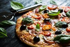 Pizza com salame, foto de stock