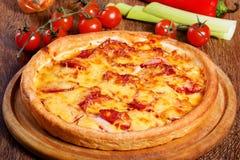 Pizza com salame, pastrami, presunto e queijo Imagem de Stock Royalty Free