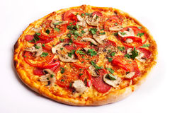 Pizza com salame, tomates, paprika e cogumelos Imagem de Stock Royalty Free