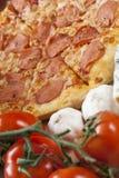 Pizza com salami foto de stock royalty free