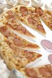 Pizza com salami fotos de stock