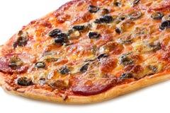 Pizza com salami e vegetais imagem de stock royalty free