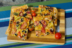 Pizza com salsicha, azeitonas, tomates e queijo Fotos de Stock Royalty Free