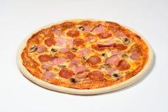 Pizza com salsicha bávara, salsichão, carbonato, mozzarella no fundo branco imagem de stock