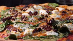 A pizza com spinache secou tomates e queijo de feta Sho da rotação filme