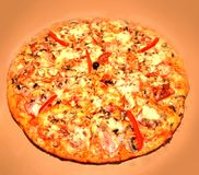 Pizza com tomate, salame Foto de Stock Royalty Free