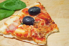 Pizza com tomates, azeitonas pretas e manjericão Foto de Stock