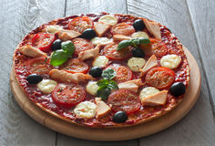 Pizza com tomates, galinha e mussarela Foto de Stock Royalty Free
