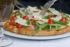 Pizza com tomates, queijo e ruccola foto de stock royalty free