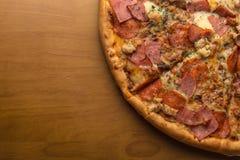 Pizza, composizione: sauce, formaggio della mozzarella, le merguez la salsiccia, il prosciutto, bacon Immagine Stock