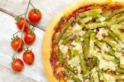 Pizza con asparago e bacon Immagini Stock