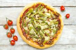 Pizza con asparago e bacon Immagini Stock Libere da Diritti