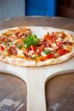 Pizza con bacon, aglio ed i peperoncini rossi secchi fotografia stock