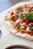 Pizza con bacon, aglio ed i peperoncini rossi secchi fotografie stock