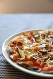 Pizza con bacon ed il fungo, alimento italiano fotografia stock libera da diritti